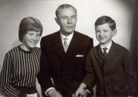 Tatínek s dcerou Adrianou a synem Janem z prvního manželství – roku 1966 nebo 67