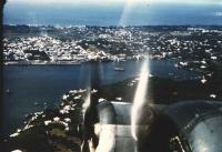 Focení z letadla Jan prostě miloval a tato vášeň mu vydržela celý život. Zde je úžasný pohled na pravou stranu B-24 v nízkém letu nad Nassau.