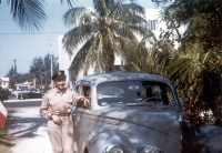 Jan se svým služebním pontiacem před československou ambasádou v Nassau