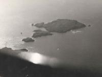 """Přilehlý """"Ostrov pokladů"""" z pilotní kabiny"""