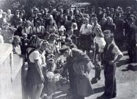 Jediné unikátní foto dochované ze slavného návratu do rodné domoviny - nádraží v Nýřanech počátkem září 1945. (Mimochodem, z těch malých holčiček v krojích, které Jana vítají, už dnes žije pouze jedna. Některé z těch odrostlejších patří právě mezi ty, které si Janovi rodiče po osiření vzali do opatrování).