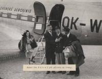 Boxer Joe Baksi se svou přítelkyní po příletu do Prahy v roce 1946 s kpt. Irvingem a 2. pilotem po vystoupení z dakoty