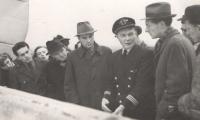 Povinností pilota bylo nejen létat, ale pokud možno se všestranně věnovat i cestujícím. Zde kpt. Irving vysvětluje něco očividně velmi zajímavého.