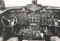 Pohled do vnitřního kokpitu DC-4 – upravené verze, s nímž v roce 1946 létala společnost Swissair.