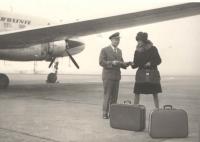 """Pomocná rada jedné ze sličných cestujících; z fotografie je patrná změna v oblečení letců – tmavé poválečné uniformy dostaly bleděmodrou barvu letního nebe, a přestože tu Janovu na rukávech zdobí """"jen"""" tři prýmky, byl rád i za to."""