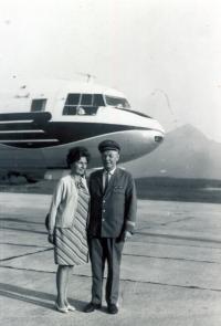 Svou drahou choť, u níž Jan nalezl oázu klidu i lásky, brával čas od času s sebou na lety. Zde se nacházejí na letišti v Popradu v létě 1970.