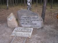 """Záběr na hlavní pomník u výstupu z tunelu Harry před lesem, který tzv. """"kryl"""" při útěku letcům záda. Zde se vždy odehrávají velmi emotivní a dech beroucí pietní akty za účasti přímých účastníků, jejich rodinných příslušníků z celého světa a stejně tak zastupujících vojenských atašé té které země. Snad už jen oslavy v Normandii dokážou na jedno místo dostat tak pestrou škálu vojenských přidělenců a jejich počty předčit."""