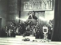 To je již snímek z Vildova pohřbu koncem listopadu 1967 - po obou stranách rakve stojí čestnou stráž jeho kamarádi a spolubojovníci. Vpravo je mimo jiné hned vpředu vidět J. Plzák, za ním Jan Irving.