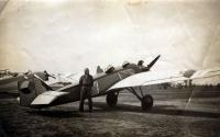"""U amatérského letadla """"Koželuh"""", které toto učiliště pro výcvik převzalo. Zde pak létalo pod ozn. B-12.1."""