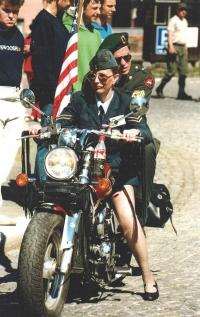 Zde už se u Ivety naplno projevily zděděné geny – s konvojem džípů po demarkační linii na své motorce (náměstí ve Stříbře v roce 2003). S kolegou od US Army, který seděl celou tu dlouhou štreku za ní i s vlajkou USA, tehdy uzavírali celý konvoj.