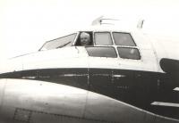 """Zde kapitán Irving vykukuje z kokpitu """"své"""" IL-14 (foto z roku 1974)."""