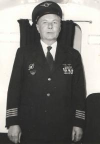 Poslední opuštění pilotní kabiny a slavná letecká éra kpt. Irvinga se v roce 1977 uzavírá.