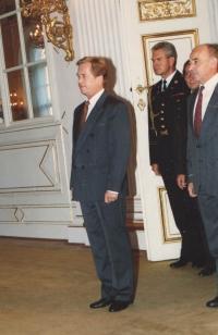 Vzácný snímek věnovaný hradní kanceláří poté, co prezident Václav Havel a ministr obrany L. Dobrovský povýšili mjr. Jana Irvinga v roce 1990 do hodnosti plukovníka