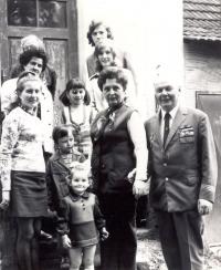 Poslední kompletní rodinné setkání o pouti v roce 1975 v Úhercích, kdy ještě žila babička Honalová. Odshora vlevo: babička Honalová, pod ní tmavovlasá paní - její neteř Marie Niedermaierová z Lisova, pod ní její dcera a má teta Jana Mestlová s oběma dcerami – starší Janou a mladší Hanou (já stojím mezi nimi). V pravé části odshora stojí Adriana, pod ní Jenda, maminka, tatínek zcela vpravo.
