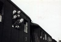 Přesun na první štaci… Jan se nejvíce vyklání z vlaku.