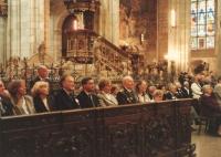 """V návaznosti na několikadenní pobyt letců, kteří přiletěli z Anglie i jiných koutů světa, se kromě leteckého dne, formálních i neformálních setkání a jiného, bohatého doplňkového programu v roce 1991 uskutečnilo i slavnostní Te Deum v chrámu sv. Víta na pražských Hradčanech. Rovněž velmi silný zážitek. Hned v první řadě lavic je možné spatřit celou rodinu plk. Irvinga. Vedle Blanky sedí Janův radista Arnošt Polák a po jeho pravici Viktor Kent, za války zvaný """"Vydrář""""."""
