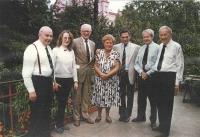 """Vskutku památeční setkání přímo u Irvingových doma na pražských Vinohradech dne 15. 9. 1991, kdy (hlavně letce ze zahraničí) paní Blanka """"odbourala"""" báječnou pečenou kachnou s knedlíkem, oběma druhy zelí i špenátem, aby si mohli vybrat. Jelikož tušila, že se toto sváteční jídlo setká s velkým ohlasem, pro jistotu šly do trouby kachny dvě. A dobře udělala – nezbylo vůbec nic, a to některým ještě něco zabalila s sebou tzv. na potom. Setkání bylo celkově báječné a znovu plné emocí, slz i smíchu v jednom, že o něm Iveta znovu poslala reportážní info do Kanadských listů, které je následně otiskly. Zleva na verandě stojí Jan Irving, Iveta, (rovněž budoucí generál) Marcel Ludikar, Blanka Irvingová, Arnošt Polák, Ing. G. Shaw a Rudolf Nedoma – 80 procent personálně nejčastěji obsazované posádky v liberatoru. (Toto fotil Jan Horal, který rovněž patřil mezi pozvané hosty.)"""
