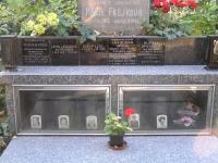 """Rodinná hrobka Irvingových na pražských Olšanech; Iveta po maminčině smrti nechala udělat jednotlivé desky se jmény pohřbených členů rodiny tak, aby z nich každý srozumitelně vyčetl vzájemné rodinné propojení. A jak sama s """"anglickým sarkasmem"""" říkává: """"To poslední místečko vpravo ve vitríně už čeká jen na mne. Akorát nevím, jak se tam sama odlifruju, když už nikdo z mých blízkých není naživu…"""""""