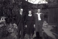 Poslední známá fotografie Jana s rodiči před odjezdem za hranice v roce 1939
