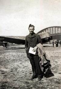 Francie roku 1940 – letiště Istrès; v pozadí je u hangáru vidět Bloch MB-210