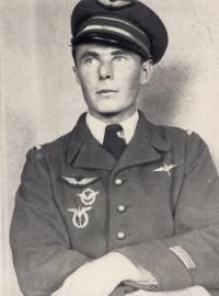 Ve službách francouzského letectva (Jan Irving ovšem tento snímek z duše nenáviděl – prý na něm vypadá jako gestapák.)