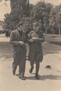 V ulicích Niš spolu s Josefem Vaníčkem (vpravo); na fotografii je pěkně patrný jiný střih zdejších vojenských stejnokrojů
