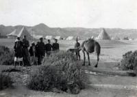 Palestina, oblast Jericha, Československý pěší prapor 11 – Východní; Jan je na snímku druhý zleva, v pozadí je dobře patrný tábor československé jednotky