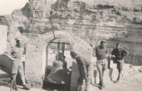 Památky v okolí Nazaretu; Jan stojí zcela vlevo