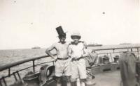 Na lodi odplouvající z Palestiny; Jan je vpravo