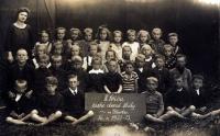 Malý Jan stojí v zadní řadě zcela vpravo v námořnickém oblečku.