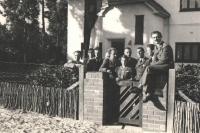 Snímek československých letců pořízený 19. 4. 1941 před vchodem do konzulární vily Praha; vlevo P. Hlinovský (zaměstnanec konzulátu), J. Zdráhal, K. Zeman, O. Žanta, J. Grič, J. Irving, u vrátek dcera p. velvyslance Stela Linhartová (provd. Haisová), třetí zprava Al. Keda, J. Němeček a A. Sedláček