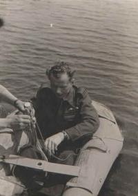 """Nácviky nouzových přistání na vodě patřily mezi ty nejméně oblíbené. To, jak i tohle školení dokázalo v případě nouze zachránit život (i za cenu zajetí, pokud se dotyčný nacházel v nepřátelských vodách), by jistě dokonale popsal gen. Alois Šiška. Ten si to v moři i za bouře po sestřelení s celou posádkou """"užíval"""" týden (viz jeho kniha KX-B neodpovídá)."""