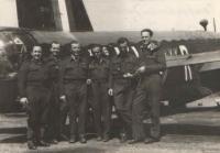 Irvingova posádka před wellingtonem na základně East Wretham nedlouho poté, co se šťastně vrátili ze základny v Granthamu, kde museli 8. 5. 1942 nouzově přistát. Však je úleva na všech dobře vidět. Zleva: Al. Novák (př. stř.), Jiří Böhm (zadní stř.), Jan Irving (kapitán a velitel pos.), Frant. Švejdar (RTG), Jos. Stach (2. pilot), Jos. Němeček (nav.).