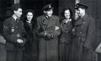 Na vycházce - zleva Arnošt Polák (RTG) s tehdejší přítelkyní, Jan Irving a po jeho levici je Ing. G. Shaw (nav.), jediný Angličan, jehož měl v posádce - na snímku je zachycen se svou budoucí manželkou Patt.