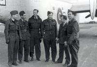 Irvingova posádka na základně v Beaulieu roku 1943 - zleva: Ing. G. Shaw, A. Polák, Václav Spitz, J. Irving, Jar. Hájek a zcela vpravo rozesmátý Zdeněk Sedlák. (Jeho osud byl však velmi smutný – při letu z Anglie dne 5. 10. 1945, kdy s ním na palubě byla i manželka Edita /WAAF/, se letadlo zřítilo a všichni zahynuli.)