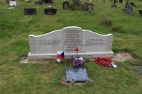Mimo jiných náhrobky Zdeňka a Edity Sedlákových - při letu z Anglie dne 5. 10. 1945 se s nimi zřítilo letadlo...