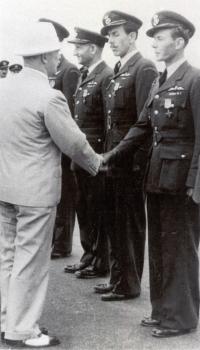 Prezident Edvard Beneš gratuluje Janu Irvingovi poté, co byl spolu s dalšími vyznamenán Československým válečným křížem 1939