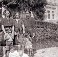 Patra Karadžu (top row, first from left), and her nephew Stergios Drujas (middle row, first from left). Miletín castle, 1952.