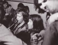 Při hře na klarinet v hospodě U Kalicha, kde se scházel s přáteli z undergroundu