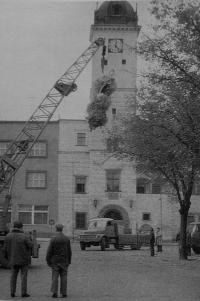 Odstraňování mariánského sloupu v Kyjově v roce 1980
