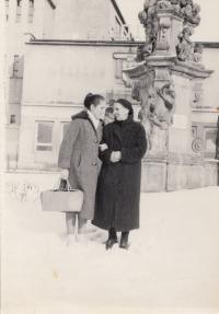 Patra Karadžu with her mother Angeliki Chatzi. Dvůr Králové 1964