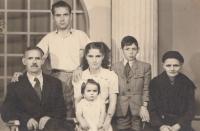 From the left: witness' father-in-law Charilaos Karadžos, husband Sotiris Karadžos, daughter Vasiliki Karatziu, Patra Karadžu herself, husband's brother Stergios Karadžos, mother-in-law Evdoxia Karadžu. 1954