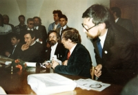 Petr Kozánek na fotografii vpravo při návštěve prezidenta Václava Havla v Kyjově v roce 1990
