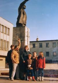 Petr Kozánek s manželkou Jindřiškou a dětmi u sochy V. I. Lenina v Kyjově