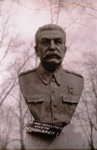 Socha J. V. Stalina v Kyjově v roce 1989 s výzvou k demokracii