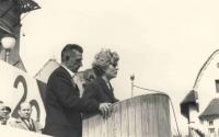 Dagmar Zakopalová a I. P. Petrov během oslav osvobození Holešova, asi 1965