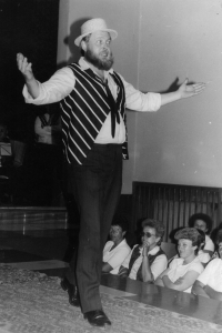A variety show of Karel Hašler's songs as performed by the theatre group Lužany, 1986