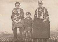 S maminkou Josefou, babičkou Annou a sestrou Marií