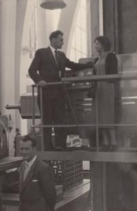Na Mezinárodní strojírenské výstavě v Brně s budoucí manželkou Marií (50. léta)
