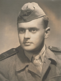 Fotografie Jaroslava Běla z vojny v Karlových Varech z roku 1953 - v hodnosti četaře